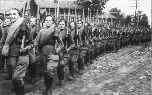 gunrunnerhell:  Sniper march… (Female Soviet soldiers on the march with their Mosin Nagan 91/30 rifles. Note that some of them are equipped with the PU scope, whereas others are not.)