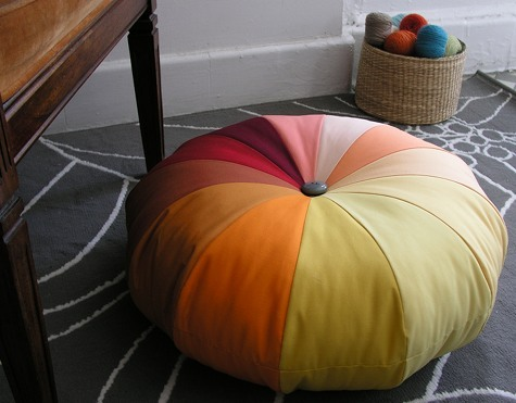 Free pouf tutorial! These are perfect for dorms and squished apartments where friends are many, seating is scarce, and space is scarcer.   http://www.designsponge.com/2010/05/sewing-101-making-a-pouf.html