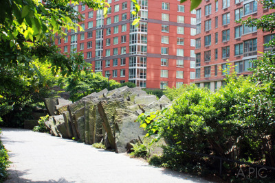 Over the rocks and into Teardrop Park / Tribeca