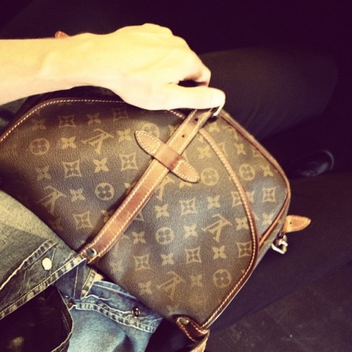 I don't really like #LV monogram items, but my vintage satchel bag from '70s is merveilleux! #LouisVuitton #monogram #bag #satchel #accessories #style #vintage #fashion #readytowear #countryside #monogrambag #LVmonogram #LV #leather #70s #LVMH #MoëtHennessy #BernardArnault #MarcJacobs #instagrammer #instaphoto #iphonography #maison (Scattata con Instagram)