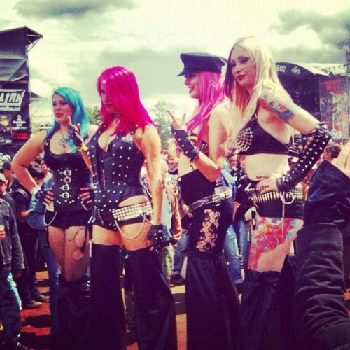 There were some actual very sexy ladies at Hellfest this year. I kinda fell in love. With all of them. (Pris avec Instagram à Hellfest 2012)