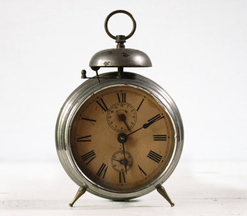 lindasinklings:  vintage metal bell alarm clock. (via Beautiful vintage Metal BELL Alarm CLOCK Loft by RueDesLouves)