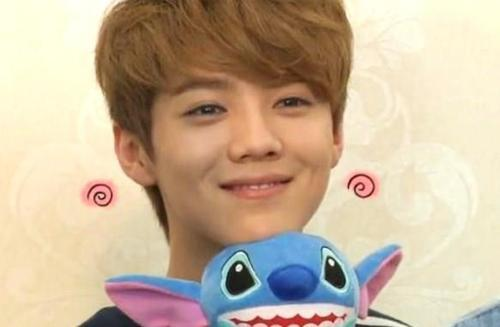 LuHan & Stitch! Awww…. so frickn` cute! :3