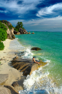 visitheworld:  Beautiful seascape in La Digue Island, Seychelles (by kupaladen).
