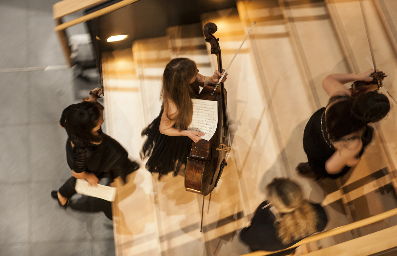 The Chamber Music Marathon at the Volkswagen Transparent Factory, a unique tourist attraction, concert venue, and working factory in the heart of Dresden. For over four and a half hours, Curtis students performed chamber music in various combinations, from German masterworks by Beethoven and Brahms to compositions by Curtis students. Photos: © Die Gläserne Manufaktur