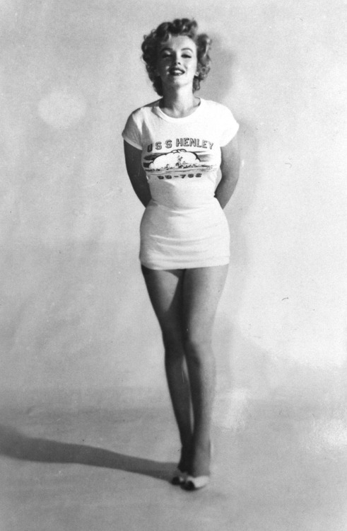 nerdlikejazzy:  Marilyn Monroe in just a tee, looking owwwww.