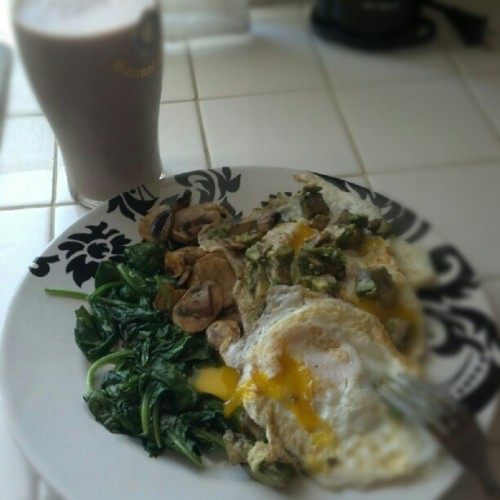 Lunch!  3 eggs over-easy on top of sauteed spinach and mushrooms and topped with chopped avocado.  Protein shake on the side.  I haven't mentioned before that I drink protein shakes, have I?  Well, I do at least 3 times a week.  I use Redwood Hill Farm Kefir, 1 banana and a scoop of Jay Robb egg white protein powder.  Today I threw in half of a single serving of frozen acai berry other times I throw in whatever fresh berries I have.