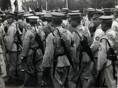 Chinese soldiers with umbrellas, 1927 say what?..