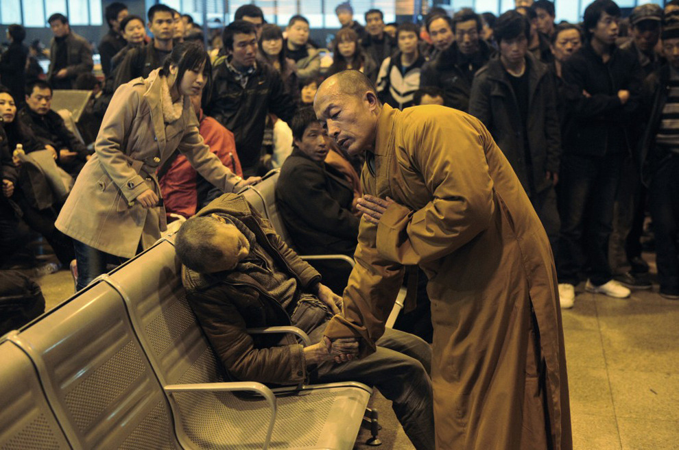 milktree:  politics-war:  A monk prays for an elderly man who had died suddenly while waiting for a train in Shanxi Taiyuan, China.  one of my favorite pictures in the world