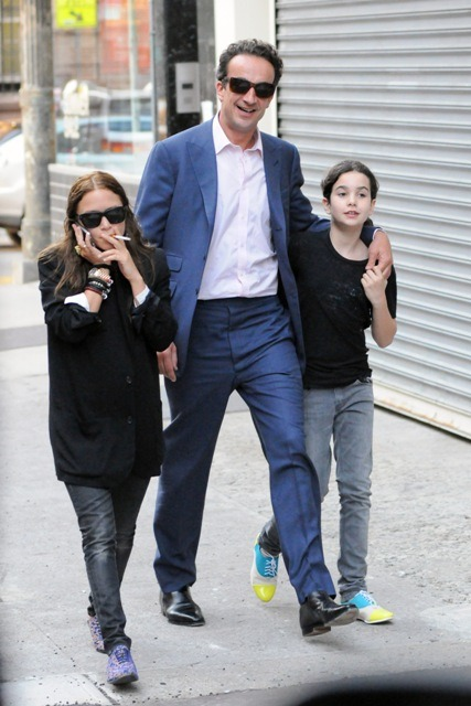whoa apsies:  Mary-Kate Olsen with Olivier Sarkozy and his 11 year old daughter. YOU GUYS. I keep seeing these pictures floating around the internet and I honestly can't get enough.