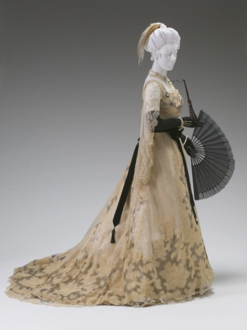 A Worth Reception Gown from the end of the 19th century. Mint Museum. Accession Number: 2003.126.1A-B