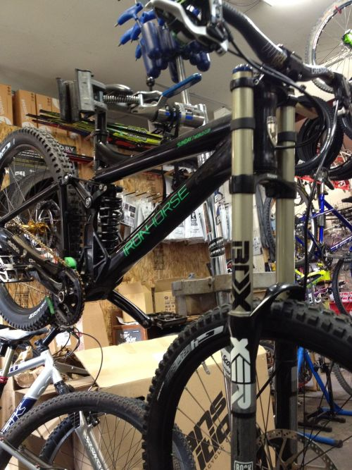 what's in my stand?!  iron horse Sunday world cup. king hubs, xo drivetrain, strait line guide, xt brakes.  PIMP!!!