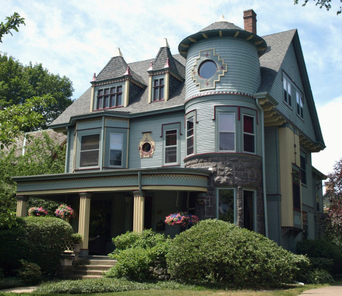 joilieder:  Victorian House on Forest Avenue in Evanston, Illinois.  Photo by Brule Laker. Best viewed large size.  Someone challenge me to find this house.  Someone.  You know you want to.