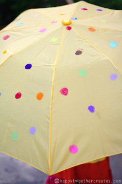 littlecraziness:  (via Happy Together: Polkadot DIY Umbrella for Color Your Summer)  we r getting alot of rain so this is perfect