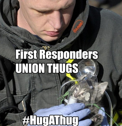 First responders are helping the kitteh