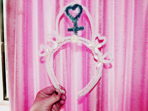 dirtygrrrl:  Spent yesterday making D.I.Y crowns check out my blog post <3
