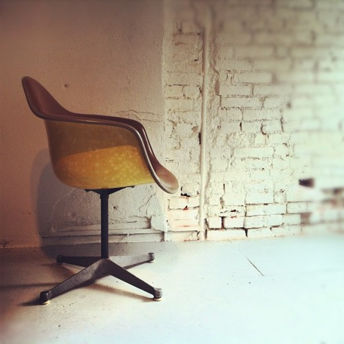 #vintage #Eames Chair DAT-1 Manufactured by #HermanMiller The Eames DAT [Desk Armshell Tilt] chair is in excellent condition. This has the tan fiberglass shell with the saddle brown cushioned upholstery. This chair has the cast aluminum swivel base. Underneath the chair you can see the four-prong seat mount with the rubber grommets. . This is the model that was designed in 1958/1959. It has a delivery date stamped on the Herman Miller label of 1970.