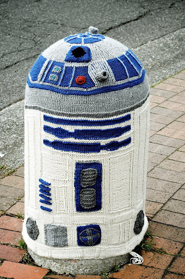 cruisecontrolforcool:  r2-d2 yarnbomb in bellingham, washington here is the public reaction: