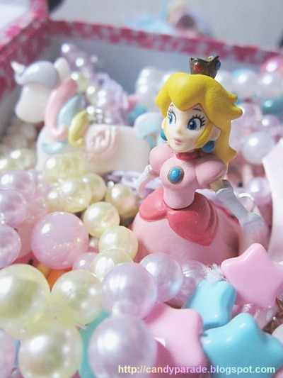 lilacck:  dreamsburiedinoblivion:  peach in her own little world ♥ stuff is mine and the photo was taken by mi ♥  omg ahaha! ♥