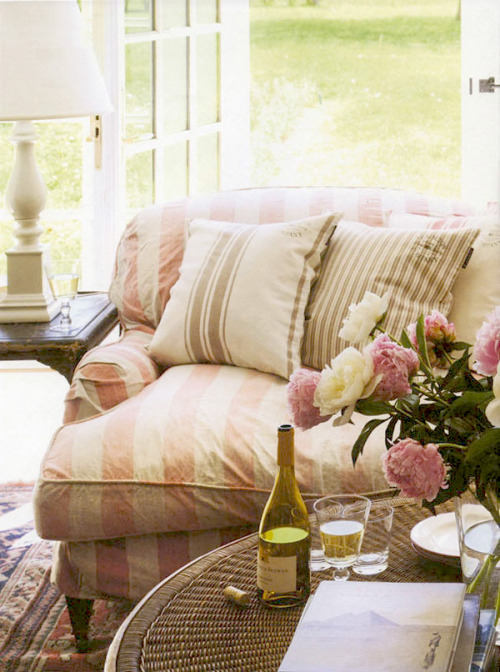 dyingofcute:  cozy living with wine
