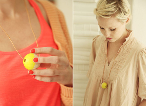 (vía A Merry Mishap: guest post: DIY neon bead necklace)