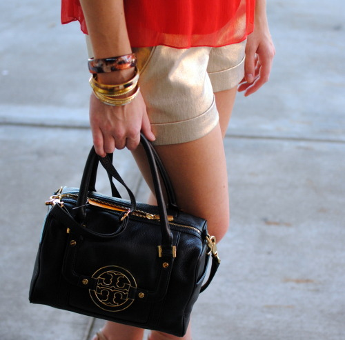 @toryburch Amanda boxy satchel, bangles, and gold shine….the perfect Savannah summer night combo!