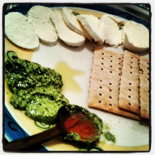 Pesto, mozzarella and crackers (Tomada con Instagram)