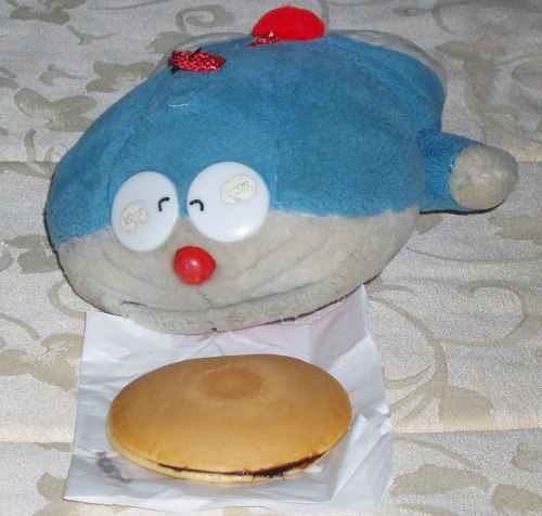 A Doraemon toy with a dorayaki. (via Dorayaki - Wikipedia, the free encyclopedia)
