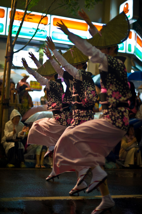 night-birds:  Dancing Girls At Koenji Awa Odori Night Festival (via aeschylus18917)