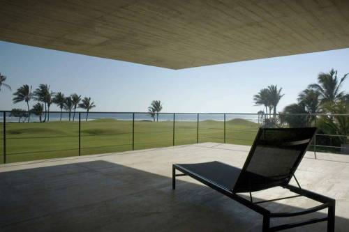 La Caracola Beach House by Paul Cremoux The home's minimalistic details complement the bare landscape of Tres Vidas Golf Course on the shores of the Pacific Ocean.