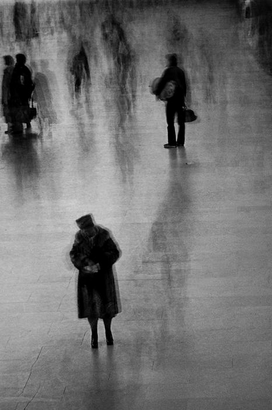 m3zzaluna:  hurrying travellers in grand central station, nyc, 1976 photo by erich hartmann/magnum photos