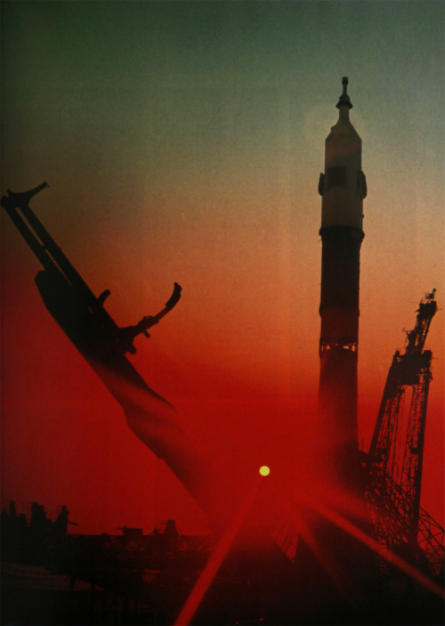 scanzen:  Soyuz rocket on its launch platform. In: Werner Buedeler: Geschichte der Raumfahrt. Sigloch Edition, 1998.
