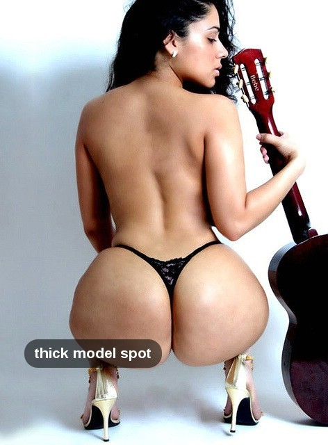 thickmodelspot-fan:  phat ass with guitar