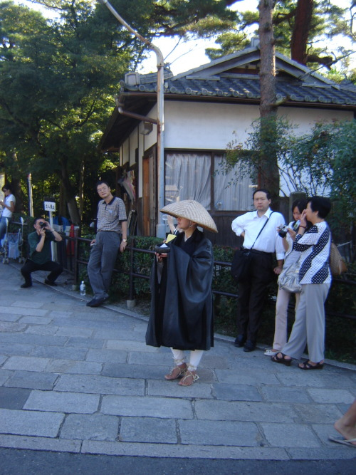 Monk in a street in Kyōto (going to Kiyomizu-dera). Saturday, October 6th, 2007.