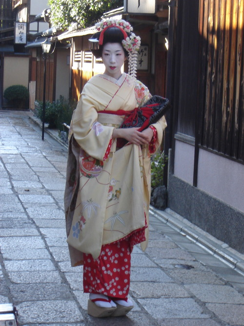 Maiko in Gion streets, Kyōto. Saturday, October 6th, 2007.