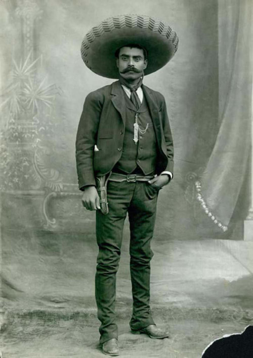 Emiliano Zapata, Caudillo del Sur Es bueno saber y respetar de donde venimos pero eso no nos tiene que limitar. El mexicano actual no necesariamente lleva sombrero y bigote Its good to know where we come from, but that doesn't need to limit us. The Mexican of the present doesn't necessarily have a sombrero and a mustache