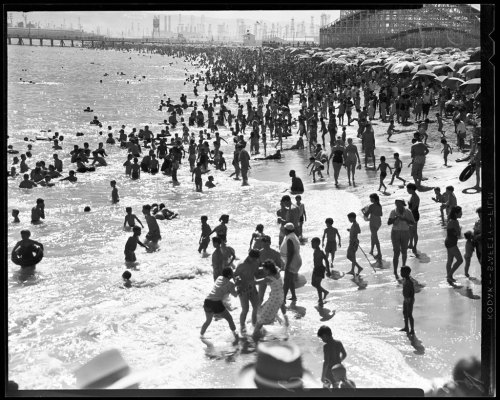 Record crowds escape the heat in Long Beach in 1957