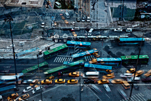 enroutemagazine:  Istanbul traffic goes with the flow as caught in this photo by Montreal photographer Nicolas Ruel.  À Istanbul, voitures et autobus jouent harmonieusement dans le trafic, comme le montre le photographe montréalais Nicolas Ruel. See more from the enRoute archives. Consultez les archives d'enRoute.