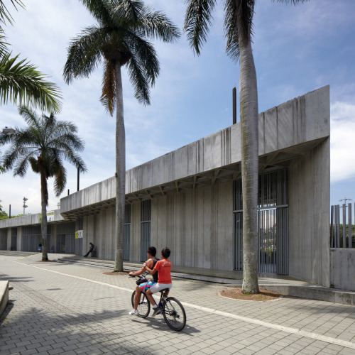 enroutemagazine:  In Medellín, Colombia, a spin around the Atanasio Girardot grounds is twice as nice by bike. À Medellín, en Colombie, nager à la piscine du Atanasio Girardot puis faire une balade à vélo constitue un joyeux tandem sportif. Photo by / par Cristobal Palma. See more from our June 2012 issue.Découvrez le reste de notre numéro de juin 2012.