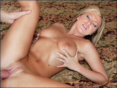 Hot blonde is boredHot Videotime 6:13 minLink: http://is.gd/qr4mHv