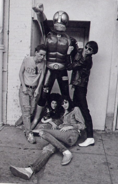 little-red-lighter: Joey Ramone w/ The Screamers. Thought this was pretty badass.  kivel nem volt jóba' ez az ember?