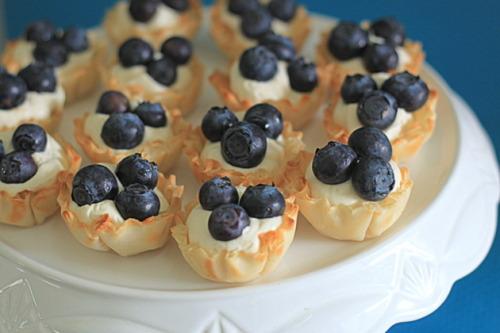 gastrogirl:  no-bake blueberry mini cheesecake tarts.