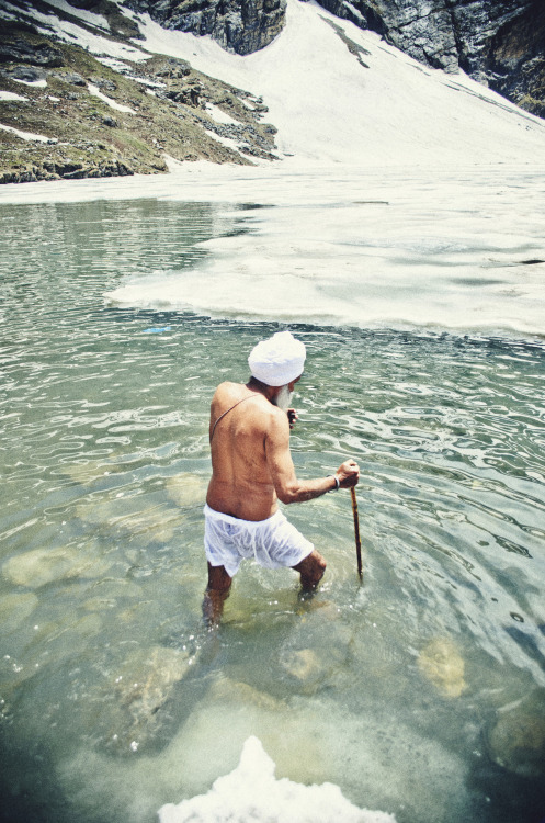 daughterofgurugobindsinghji:  yellowcircles:  A devotee takes a dip in the freezing sarovar of Sri Hemkund Sahib. Trust me, it's one tough task; when your feet can no longer bear the cool of the ice beneath you.  I CAN'T WAIT TO GO BACK <33333333333333333333
