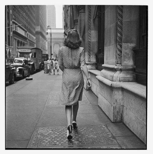 retrogasm:  Walking Away on the Streets of New York, 1948 by Stanley Kubrick