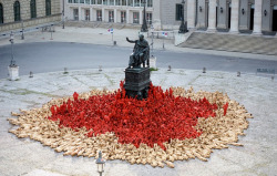laughingsquid:  Spencer Tunick Nude Installation Opens 2012 Munich Opera Festival  Want! So cute!