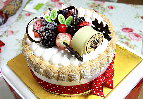 southkoreanfood:  Ice cream cake from Coldstone Creamery South Korea. Comes with a complete set of sparkling candles and can be home delivered! SouthKoreanFood