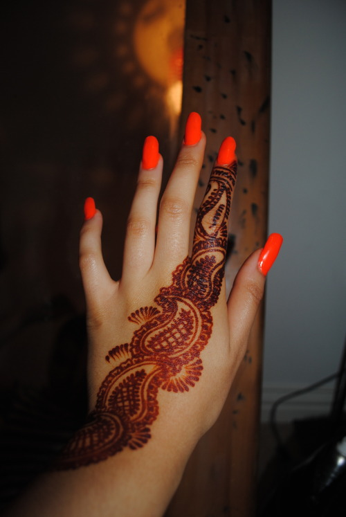 buddhist-thug:  my nails and henna design x