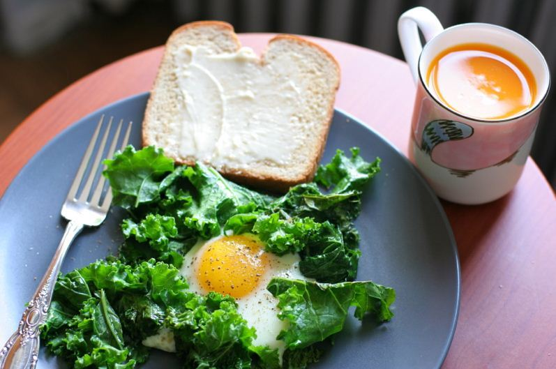 claireruns:  foodiemaniacparadise:  Fried Egg With Crispy Kale  Yum!!