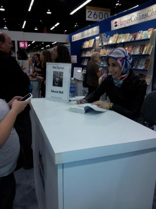 Tahereh Mafi signs ARC copies of Unravel Me at ALA