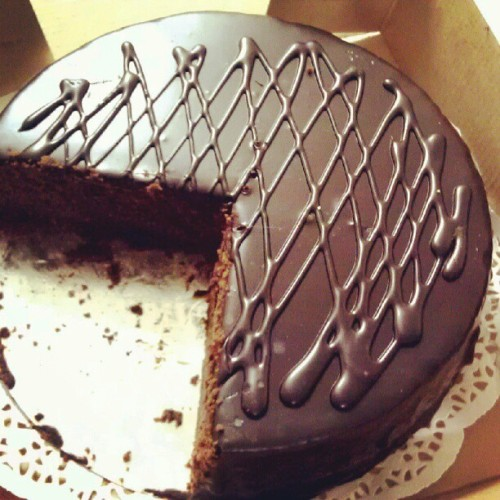 Doesn't it remind you of pacman? Kind of? :) #cake #chocolate #chocolatecake #food #thisiswhyimfat (Taken with Instagram)